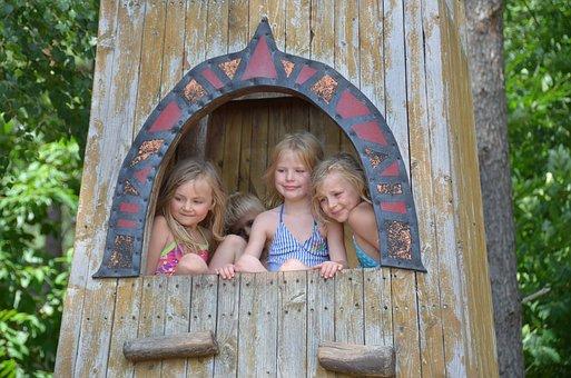 כל ילד שהולך לגן ילדים צריך שיהיה לו מעניין בגן. ניתן ליצור עניין אצל הילדים שלנו על ידי כך שנדאג שבגן הם ייהנו מהרבה מאוד משחקים מעניינים וייחודים. יש הרבה מאוד משחקים שיכולים להתאים לילדים בגיל גן. בכל גן ילדים חשוב שיהיה הרבה בובות וחומרי יצירה איתם הילדים שלנו יוכלו ליצור עולם יש מאין. משחקים שיכולים להתאים לילדים בגיל גן יכולים להיות משחקים שיעודדו ילדים ללמוד איך סופרים או את ראשית הקריאה והאותיות. משחקים טובים נוספים הם משחקים שמעודדים דמיון ויכולת המצאה אצל הילדים. גן ילדים במודיעין יכול להיות מקום בו הילדים שלנו יכולים ליהנות ממשחק מהנה וייחודי לכל אורך שנות הגן. גן ילדים במודיעין – איזה משחקים לימודיים יכולים להתאים לילדים? משחקים לימודיים יכולים להתאים מאוד לילדים. כל הרעיון במשחקים לימודיים הוא לאפשר לילדים ללמוד דרך משחק ובאופן יצירתי. משחקים יצירתיים יכולים לאפשר לילדים שלנו ללמוד על הרבה מאוד נושאים באופן שהוא חווייתי. כאשר הילדים ילמדו דרך החושים שלהם או באמצעות חוויה רגשית הם יוכלו ליהנות יותר מכל יום שהם נמצאים בגן. גן ילדים במודיעין שהילדים שלנו הולכים אליו יכול להיות גן ששם דגש על משחקים לימודים המערבים את החושים את העולם הרגשי של הילדים.  גן ילדים במודיעין – למה חשוב לעודד את הילדים לשחק בקבוצה? אחד הדברים שהכי חשוב לעשות בגן הוא לעודד את הילדים שלנו לשחק בקבוצה. משחק בקבוצה זה לא תמיד דבר פשוט לכל ילד. ילדים חסרי ביטחון עצמי או ילדים שיש להם חרדה גבוה או קושי בתקשורת זקוקים לכמה שיותר תרגול של משחקים בקבוצה. גן ילדים במודיעין יכול להיות מקום נזהה בפעם הראשונה את חוסר הביטחון את הקושי של הילד שלנו בתקשורת ואנחנו צריכים לאפשר לו להתמודד עם קשיים אלו באופן תומך ומכיל. הצוות החינוכי בגן יוכל לזהות את הקשיים של הילד שלנו ולסייע לו בשלב ראשון במסגרת התומכת של הגן להתמודד אתם באופן שיכול להביא לפתרון של הקושי.